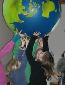 Ideenfindung-Kinder-mit-Weltkugel-2